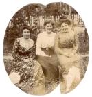 Ольга Васильевна и Елена Васильевна Суриковы с подругой на даче. 1901 г.