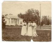 Ольга Васильевна Сурикова и Елена Васильевна Сурикова с подругой на даче в Райках под Москвой. 1904 г.